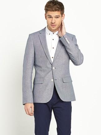 Look de moda: Pantalón chino azul marino, Camisa de manga larga blanca, Blazer de lana gris