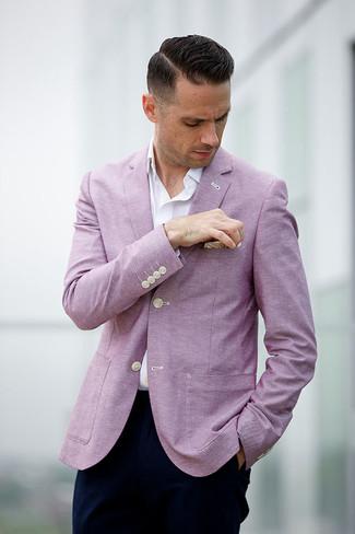 Cómo combinar: pañuelo de bolsillo en beige, pantalón chino azul marino, camisa de manga larga blanca, blazer rosado