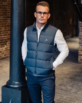 Cómo combinar: pantalón chino azul marino, camisa de manga larga blanca, chaleco de abrigo azul marino
