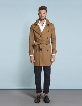 Cómo combinar: zapatos oxford de cuero en marrón oscuro, pantalón chino azul marino, camisa de manga larga blanca, gabardina marrón