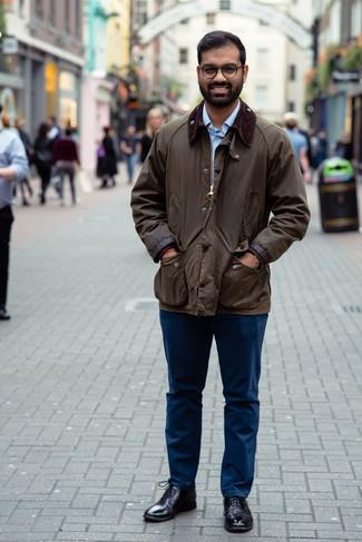 Outfits hombres: Para un atuendo que esté lleno de caracter y personalidad utiliza una chaqueta con cuello y botones en marrón oscuro y un pantalón chino azul marino. ¿Por qué no ponerse zapatos oxford de cuero negros a la combinación para dar una sensación más clásica?