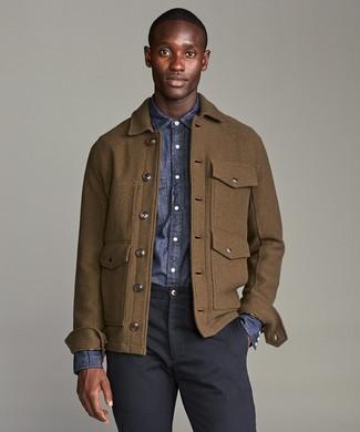 Combinar una chaqueta campo de lana marrón: Emparejar una chaqueta campo de lana marrón y un pantalón chino azul marino es una opción cómoda para hacer diligencias en la ciudad.