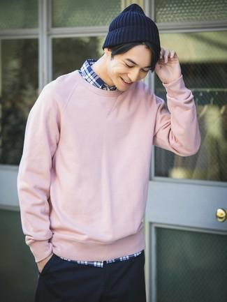Cómo combinar: gorro azul marino, pantalón chino azul marino, camisa de manga larga de tartán en azul marino y blanco, sudadera rosada