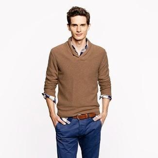 Cómo combinar: correa de cuero marrón, pantalón chino azul marino, camisa de manga larga de tartán en blanco y azul marino, jersey de pico marrón