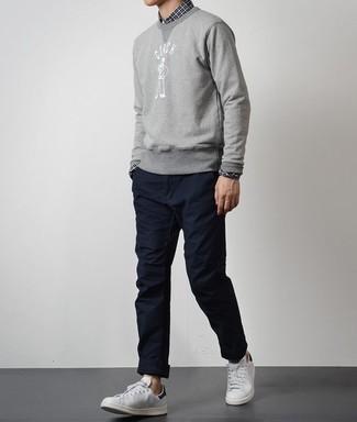 Combinar una sudadera estampada gris: Equípate una sudadera estampada gris con un pantalón chino azul marino para conseguir una apariencia relajada pero elegante. Tenis de cuero blancos son una opción grandiosa para completar este atuendo.