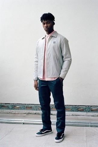 Combinar una chaqueta estilo camisa gris: Intenta ponerse una chaqueta estilo camisa gris y un pantalón chino azul marino para crear un estilo informal elegante. ¿Por qué no añadir tenis de lona en azul marino y blanco a la combinación para dar una sensación más relajada?