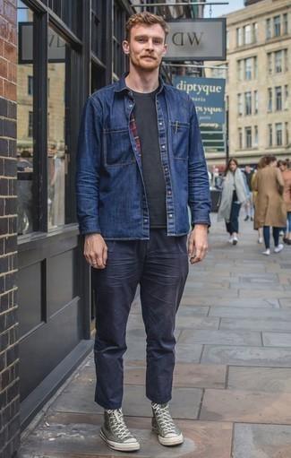 Outfits hombres: Los días ocupados exigen un atuendo simple aunque elegante, como una camisa vaquera azul marino y un pantalón chino azul marino. Si no quieres vestir totalmente formal, complementa tu atuendo con zapatillas altas de lona verde oliva.
