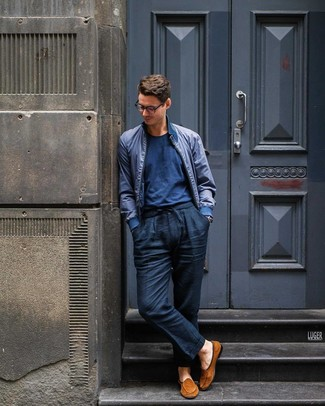 Cómo combinar: mocasín de ante en tabaco, pantalón chino de lino azul marino, camiseta con cuello circular azul marino, cazadora de aviador azul marino