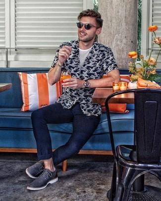 Cómo combinar: zapatos derby de cuero azul marino, pantalón chino azul marino, camiseta con cuello circular de malla blanca, camisa de manga corta estampada en negro y blanco