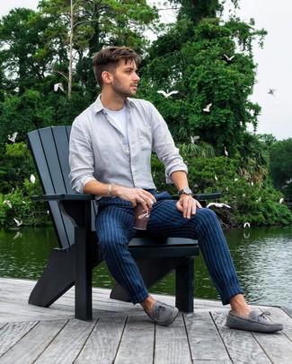Cómo combinar: mocasín de ante gris, pantalón chino de rayas verticales azul marino, camiseta con cuello circular blanca, camisa de manga larga de lino gris