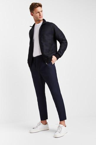 Cómo combinar: tenis de cuero blancos, pantalón chino azul marino, camiseta con cuello circular blanca, cazadora de aviador de tartán azul marino