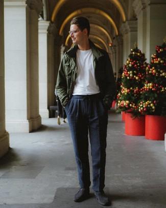 Cómo combinar: zapatos derby de ante en gris oscuro, pantalón chino azul marino, camiseta con cuello circular blanca, chaqueta campo verde oscuro