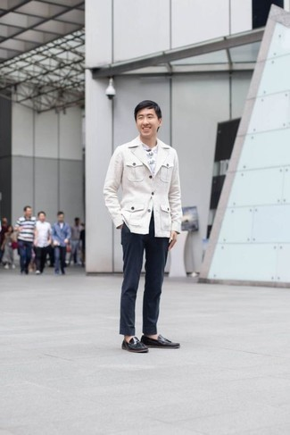 Combinar un pantalón chino con un mocasín con borlas: Equípate una chaqueta estilo camisa blanca junto a un pantalón chino para las 8 horas. ¿Te sientes valiente? Complementa tu atuendo con mocasín con borlas.