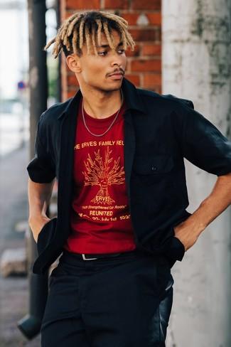 Cómo combinar: correa de cuero negra, pantalón chino azul marino, camiseta con cuello circular estampada roja, chaqueta estilo camisa azul marino