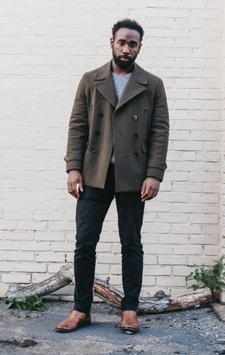Combinar un chaquetón: Ponte un chaquetón y un pantalón chino azul marino para las 8 horas. ¿Te sientes valiente? Elige un par de botines chelsea de cuero marrónes.
