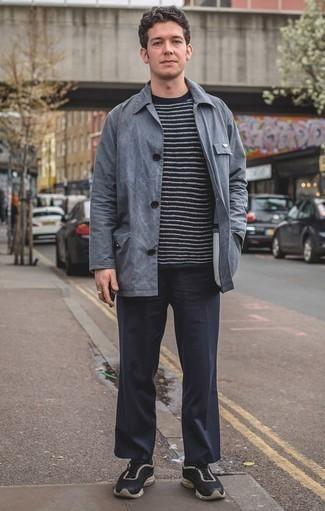 Combinar una chaqueta estilo camisa gris: Ponte una chaqueta estilo camisa gris y un pantalón chino azul marino para crear un estilo informal elegante. Deportivas en negro y blanco añaden un toque de personalidad al look.