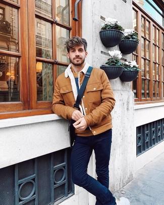 Cómo combinar: bolso mensajero de lona estampado en marrón oscuro, pantalón chino azul marino, jersey con cuello circular de rayas horizontales en tabaco, chaqueta estilo camisa en tabaco