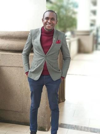 Cómo combinar: pañuelo de bolsillo rojo, pantalón chino azul marino, jersey de cuello alto burdeos, blazer gris