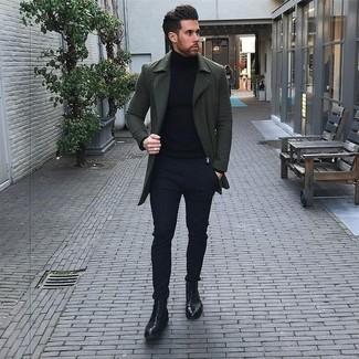 Combinar un abrigo largo verde oscuro: Considera emparejar un abrigo largo verde oscuro con un pantalón chino azul marino para después del trabajo. Botas casual de cuero negras son una opción grandiosa para complementar tu atuendo.