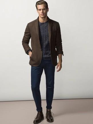 Combinar un pantalón chino azul marino para hombres de 30 años: Si buscas un estilo adecuado y a la moda, elige un blazer en marrón oscuro y un pantalón chino azul marino. Completa el look con botas safari de cuero en marrón oscuro.