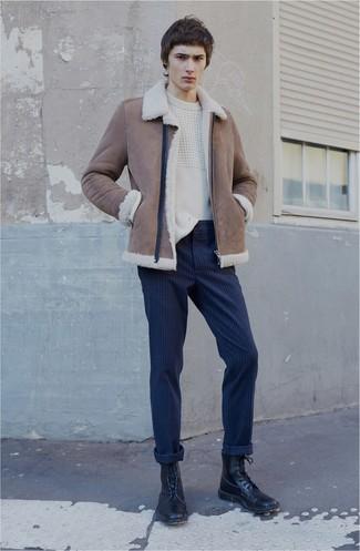 Cómo combinar: botas casual de cuero negras, pantalón chino de rayas verticales azul marino, jersey de ochos blanco, chaqueta de piel de oveja marrón