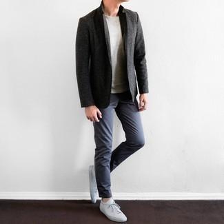 Combinar un pantalón chino azul marino para hombres de 30 años: Casa un blazer en gris oscuro con un pantalón chino azul marino para lograr un look de vestir pero no muy formal. Para el calzado ve por el camino informal con tenis de cuero blancos.