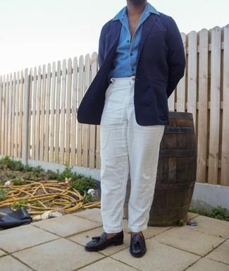 Combinar un mocasín con borlas de cuero negro: Usa un blazer azul marino y un pantalón chino blanco para lograr un estilo informal elegante. Agrega mocasín con borlas de cuero negro a tu apariencia para un mejor estilo al instante.