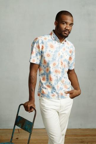 Cómo combinar: pantalón chino blanco, camisa de manga corta con print de flores celeste