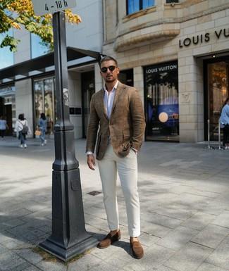 Cómo combinar: mocasín de ante marrón, pantalón chino blanco, camisa de manga larga de rayas verticales blanca, blazer de lino marrón