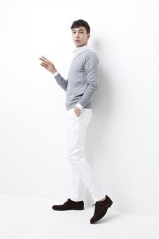Combinar un jersey con cuello circular gris para hombres adolescentes: Considera ponerse un jersey con cuello circular gris y un pantalón chino blanco para una apariencia fácil de vestir para todos los días. Agrega zapatos derby de ante en marrón oscuro a tu apariencia para un mejor estilo al instante.