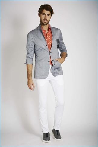 Cómo combinar: zapatillas slip-on de cuero en gris oscuro, pantalón chino blanco, camisa de manga larga estampada roja, blazer de punto gris