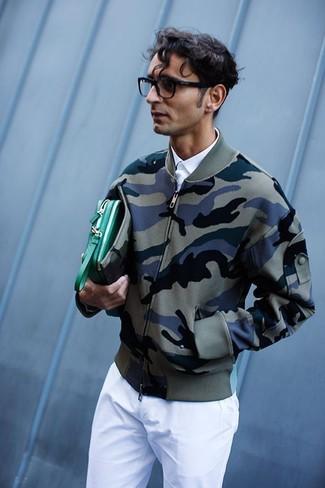 Combinar un bolso con cremallera de cuero verde: Usa una cazadora de aviador de camuflaje verde oliva y un bolso con cremallera de cuero verde para un look agradable de fin de semana.