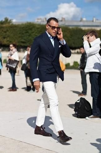 Look de George Cortina: Zapatos con doble hebilla de cuero en marrón oscuro, Pantalón chino blanco, Camisa de vestir celeste, Blazer cruzado azul marino