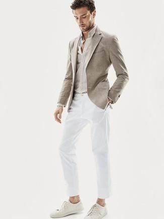 Combinar una camisa de vestir en beige: Si buscas un look en tendencia pero clásico, elige una camisa de vestir en beige y un pantalón chino blanco. Si no quieres vestir totalmente formal, complementa tu atuendo con tenis de cuero blancos.