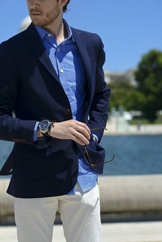 Cómo combinar: reloj de goma negro, pantalón chino blanco, camisa de vestir de cuadro vichy en blanco y azul, blazer azul marino