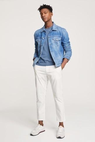 Combinar unas deportivas blancas: Elige una chaqueta vaquera celeste y un pantalón chino blanco para cualquier sorpresa que haya en el día. Deportivas blancas darán un toque desenfadado al conjunto.