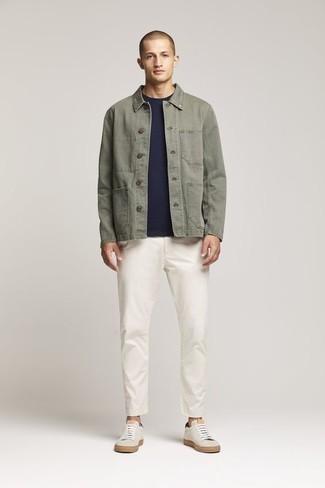 Combinar unos tenis de lona en beige: Emparejar una chaqueta estilo camisa verde oliva junto a un pantalón chino blanco es una opción muy buena para un día en la oficina. ¿Quieres elegir un zapato informal? Completa tu atuendo con tenis de lona en beige para el día.