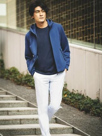 Combinar una sudadera con capucha azul: Intenta combinar una sudadera con capucha azul junto a un pantalón chino blanco para conseguir una apariencia relajada pero elegante.