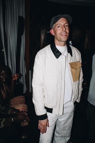 Cómo combinar: gorra de béisbol en gris oscuro, pantalón chino blanco, camiseta con cuello circular blanca, cazadora de aviador blanca