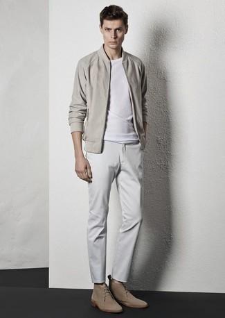 Unas botas safari de vestir con un pantalón chino blanco: Elige una cazadora de aviador en beige y un pantalón chino blanco para cualquier sorpresa que haya en el día. Este atuendo se complementa perfectamente con botas safari.