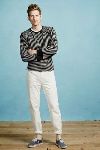Cómo combinar: tenis de lona azul marino, pantalón chino blanco, camiseta con cuello circular blanca, jersey con cuello circular de rayas horizontales en negro y blanco