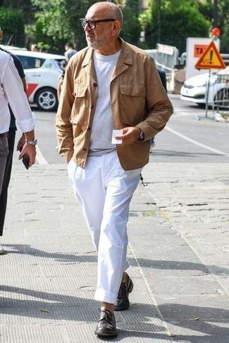 Moda para hombres de 60 años: Para un atuendo que esté lleno de caracter y personalidad intenta combinar una chaqueta campo marrón claro con un pantalón chino blanco. ¿Te sientes ingenioso? Dale el toque final a tu atuendo con zapatos derby de cuero en marrón oscuro.