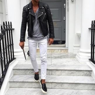 Cómo combinar: zapatillas slip-on de cuero negras, pantalón chino blanco, camiseta con cuello circular gris, chaqueta motera de cuero negra