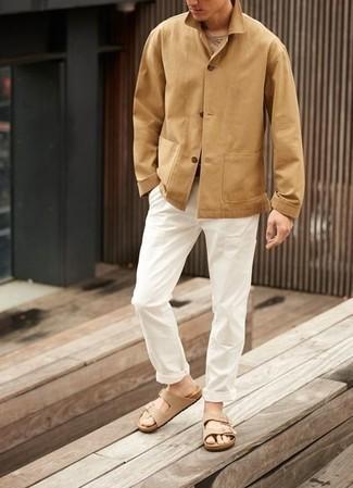 Outfits hombres: Si buscas un estilo adecuado y a la moda, considera emparejar una chaqueta estilo camisa marrón claro junto a un pantalón chino blanco. Sandalias de ante en beige añadirán un nuevo toque a un estilo que de lo contrario es clásico.