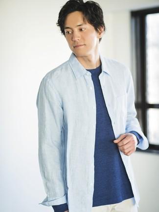 Cómo combinar: pantalón chino blanco, camiseta de manga larga azul marino, camisa de manga larga de cambray celeste