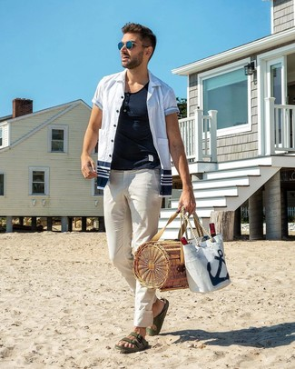 Cómo combinar: sandalias de cuero verde oscuro, pantalón chino blanco, camiseta henley blanca, camisa de manga corta en blanco y azul marino