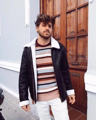 Cómo combinar: pantalón chino blanco, jersey con cuello circular de rayas horizontales en multicolor, chaqueta de piel de oveja negra