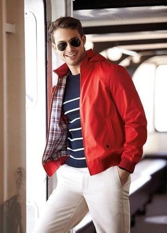 Cómo combinar: gafas de sol en marrón oscuro, pantalón chino blanco, jersey con cuello circular de rayas horizontales en azul marino y blanco, cazadora de aviador de cuero roja