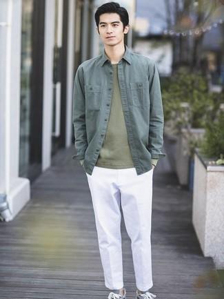 Cómo combinar: tenis grises, pantalón chino blanco, jersey con cuello circular verde oliva, chaqueta estilo camisa verde oscuro
