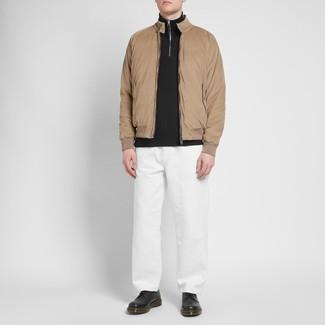 Cómo combinar: zapatos derby de cuero negros, pantalón chino blanco, jersey de cuello alto con cremallera negro, cazadora harrington marrón claro